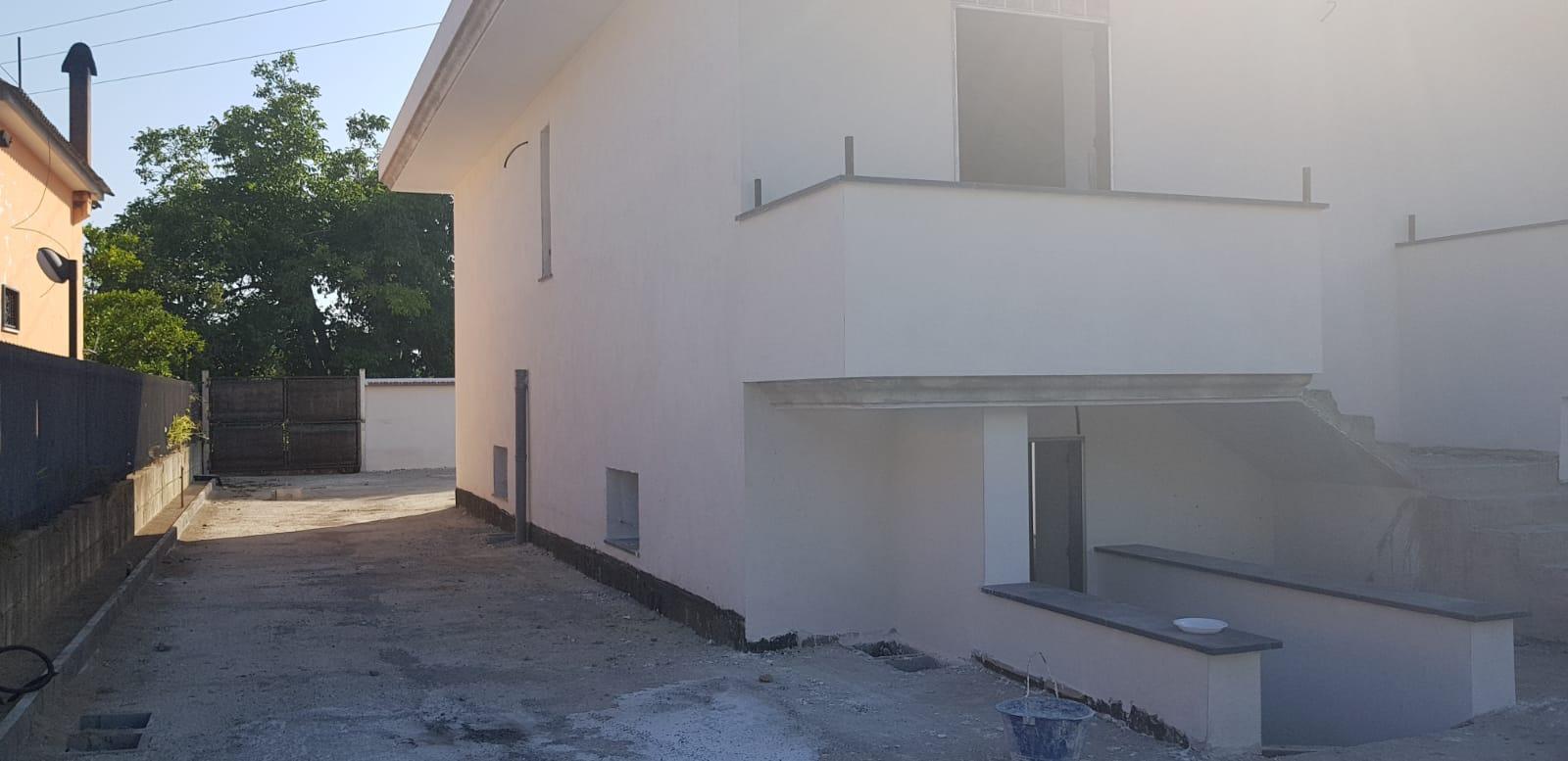 Villetta nuova costruzione fronte strada con 2000 mq di spazio.